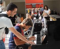 jovenes tocando piano - portada