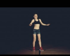 niña baila viendo internet - portada